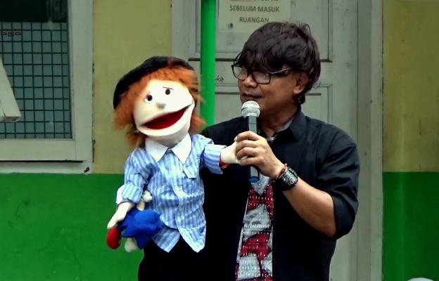 Kak Agus DS dan Boneka Rio menghibur para siswa dan guru di SMA Negeri 12 Pekanbaru