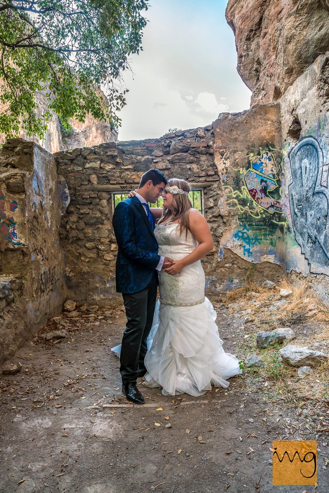 Fotografía de boda en los escombros de una choza de campo