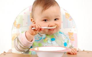 Kapan Waktu Tepat si Kecil Makan Mpasi