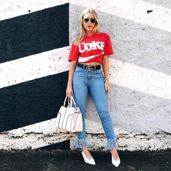 Calça jeans e t-shirt com logo da coca cola