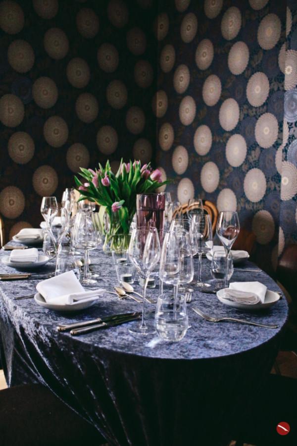 Arthurs Tochter Supperclub – der gedeckte Tisch. | Arthurs Tochter – Der Blog für Food, Wine, Travel & Love #supperclub #gedeckter_Tisch #gäste #menü #passende_weine #ochsenbäckchen #ochsenbacken