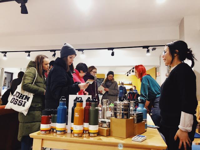 Amanda og Maria svarer på spørsmål om produktene til Be:Eco. Foto: Andreios Belaza