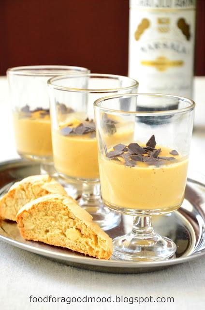 Zabaglione to tradycyjny włoski deser na bazie żółtek, cukru i alkoholu. Ma kremową konsystencję i wyrazisty smak. Według mnie najlepiej smakuje z rześkimi owocami, np. malinami, ale podaje się go również z ciasteczkami amaretti. Prosto, szybko i pysznie... Tak jak lubię :)