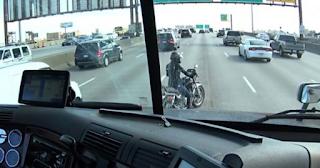 Οδηγός νταλίκας προστατεύει με έναν υπέροχο τρόπο αναβάτη μηχανής που έμεινε στη μέση του δρόμου