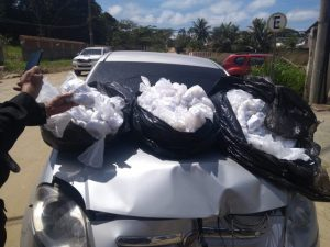 Homem bate com carro cheio de cápsulas de cocaína e foge em São Pedro da Aldeia