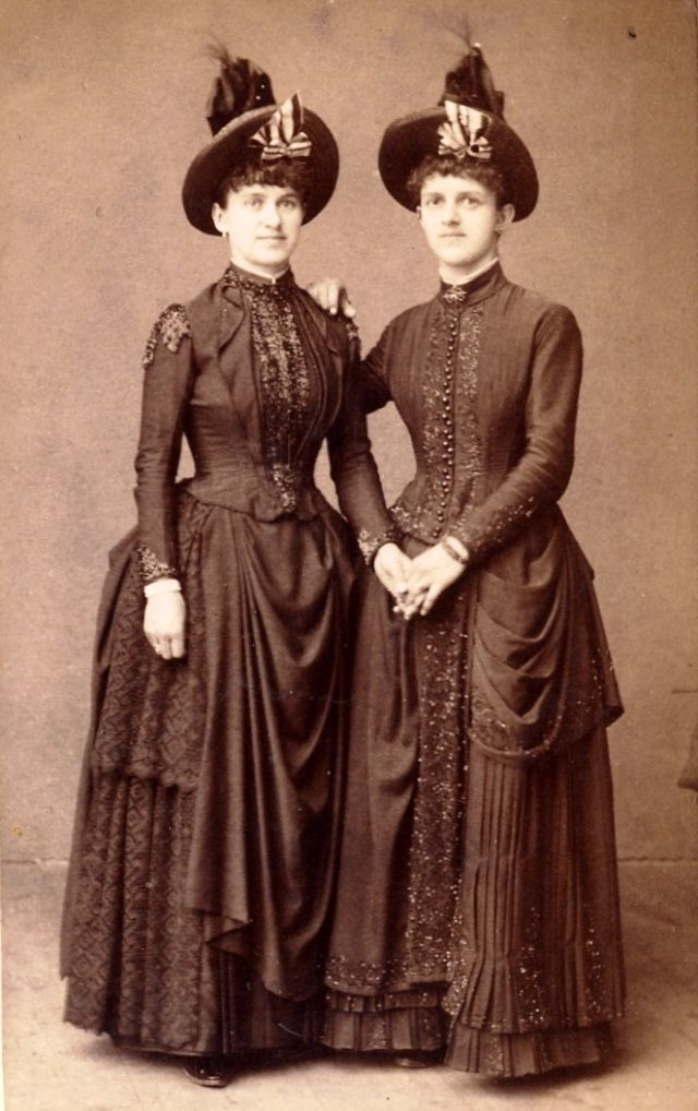 42 Incredible Photos That Show Sisters In Matching Dresses