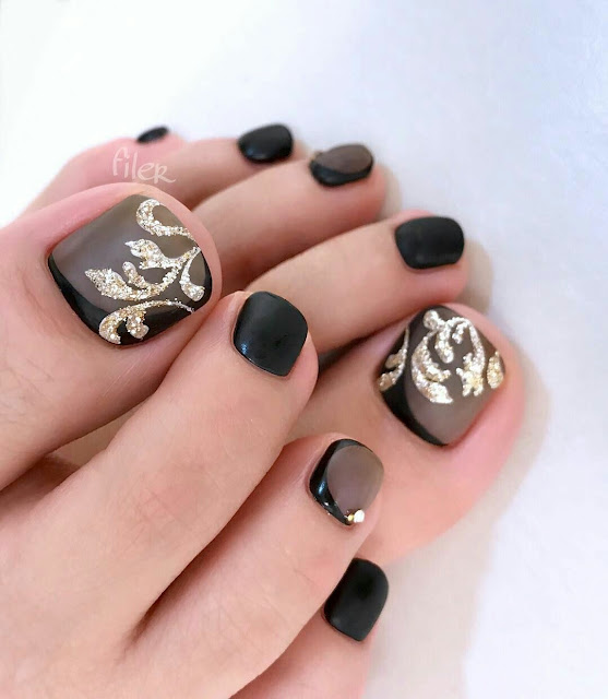 Black-and-golden-Toenails-arts-desgin