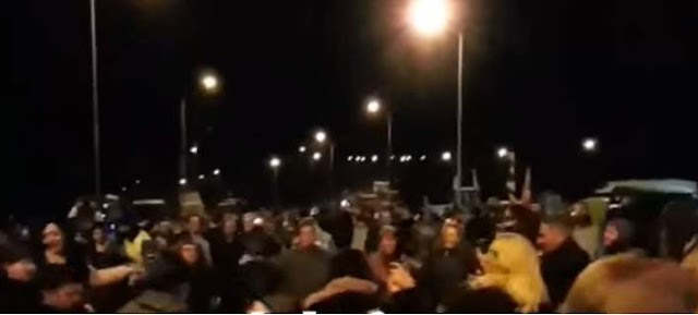 Αποκλεισμένοι οδηγοί χορεύουν σε μπλόκο μαζί με τους αγρότες ποντιακούς χορούς [βίντεο]