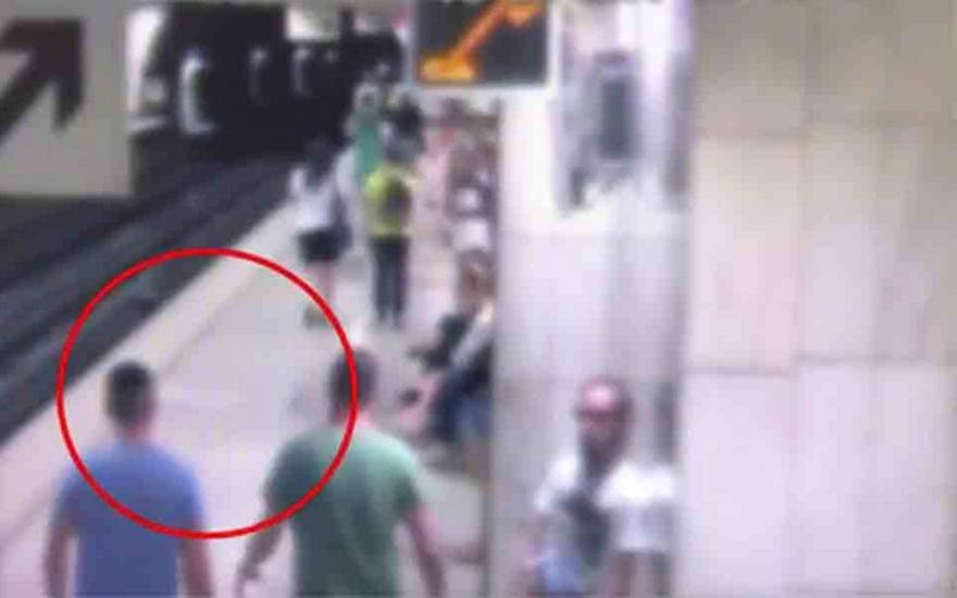 Καρέ-καρέ ο τρόπος δράσης των «ελαφροχέρηδων» στο Μετρό! (Βίντεο)
