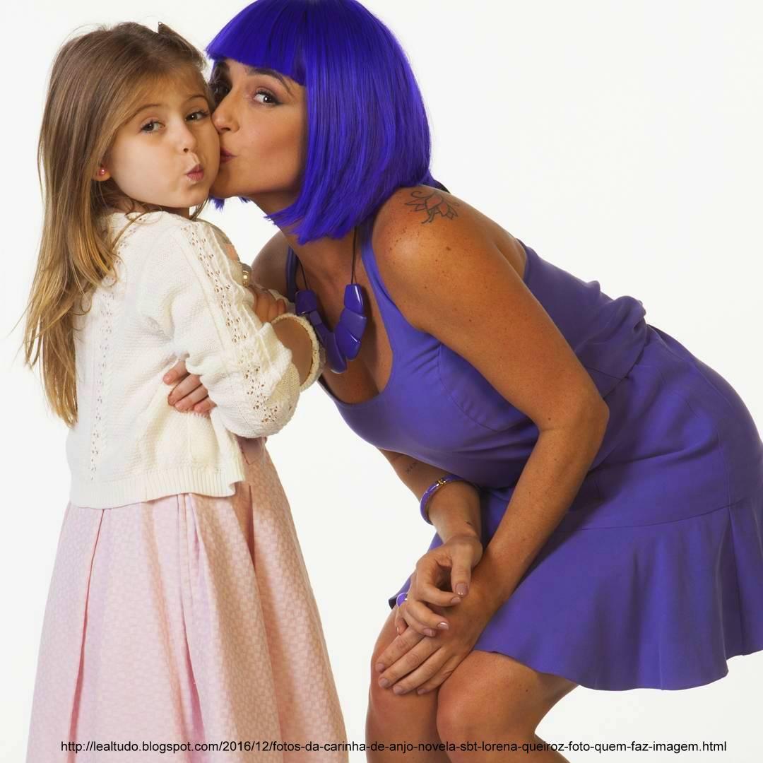 Lorena Queiroz Carinha de Anjo Dulce Maria sendo Beijada pela Tia Perucas Sorrindo Foto Novela SBT