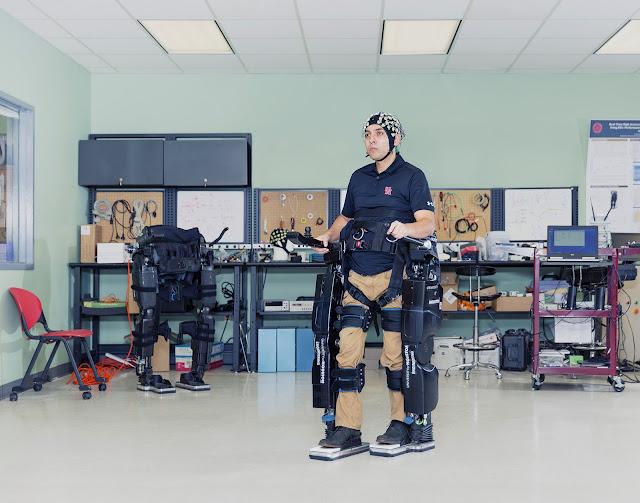 NeuroRex - экзоскелет управляемый мозгом помогает людям с ограниченными возможностями. Интерфейс мозг-машина считывает активность мозга пользователя для управления экзоскелетом, позволяющим пользователю ходить.