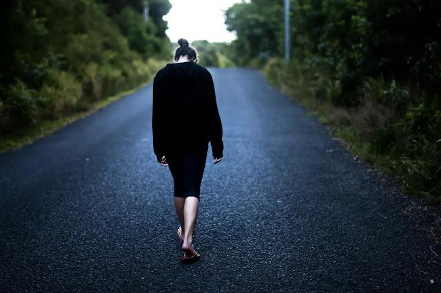 Hình ảnh một mình bước đi - Ảnh buồn đi 1 mình lẻ loi