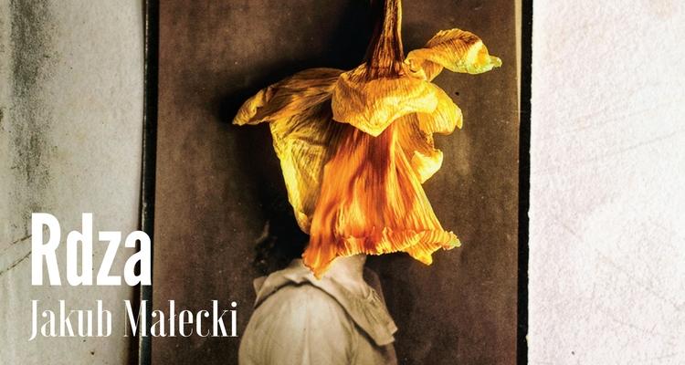 Fragment okładki; stara fotografia w sepii z twarzą modelki zakrytą zwiędłym kwiatem