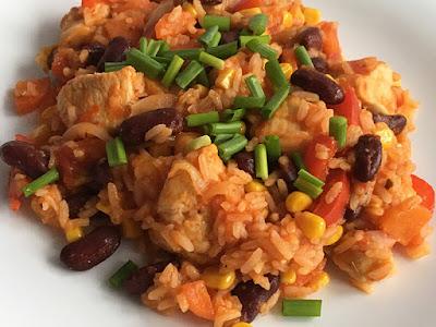 Pierś z kurczaka z ryżem, fasolą i kukurydzą
