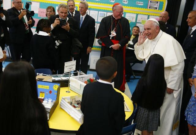 Francisco visitó una escuela en Harlem: sonrisas, cantos, regalos y selfies 0925_papa_francisco_escuela_g.jpg_1853027552
