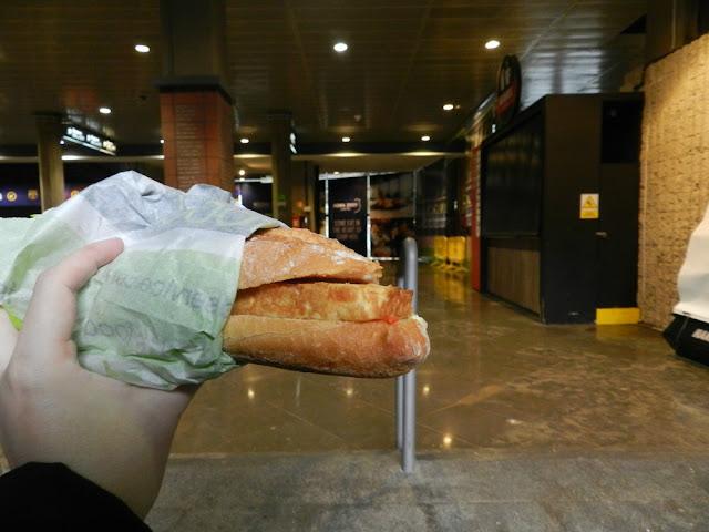 O que e onde comer em Barcelona - sanduíche de tortilla de batatas