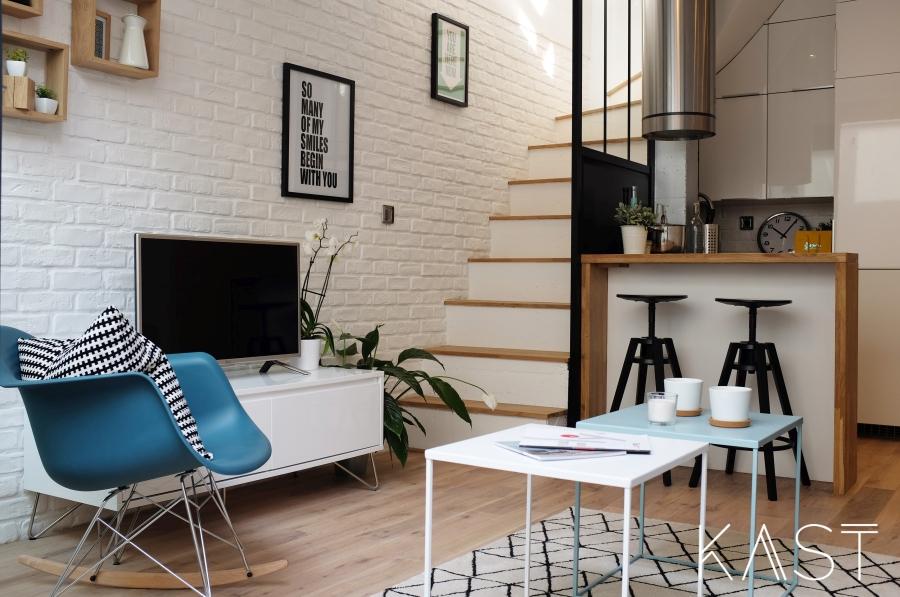Mały apartament w stylu loftowym - wystrój wnętrz, wnętrza, urządzanie mieszkania, dom, home decor, dekoracje, aranżacje, styl loftowy, loft, styl industrialny, małe wnętrza, kawalerka, małe mieszkanie, otwarta przestrzeń, salon, living room, kuchnia, kitchen, fotel bujany, biała cegła, ściana z cegły