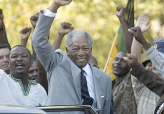 Imagen de Morgan Freeman caracterizado como Nelson Mandela junto con sus seguidores políticos