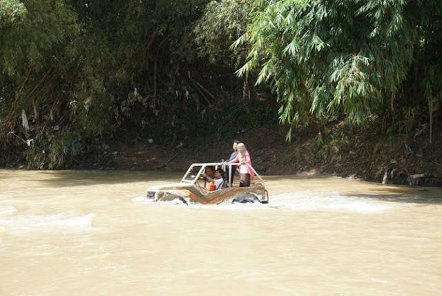 Menggeber jeep di tengah Kali Oya