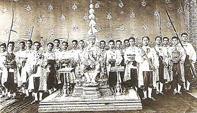 "Sejarah Thailand   Kerajaan Thailand didirikan pada pertengahan abad ke 14. Dikenal dengan nama Siam sampai dengan 1939, Thailand adalah satu-satunya Negara di Asia tenggara yang tidak pernah dikuasai oleh bangsa Eropa. Revolusi damai pada tahun 1932 berujung pada monarki konstitusional. Bekerja sama dengan Jepang pada perang dunia ke-dua, Thailand menjadi ally Amerika setelah konflik yang terjadi. Walaupun Thailand dari sudut pandang sejarah tidak pernah menjadi negara peminum teh, Thai tea merupakan hal umum di sepanjang sejarah Thailand. Kebanyakan mengenal minuman manis kental yang disebut Thai tea. Biasanya terdiri dari the hitam dengan bunga lawang (star anise), pewarna makanan, kadang dicampur dengan rempah-rempah dan susu kental manis. Disuguhkan secara panas atau dengan es. Pohon teh adalah tanaman asli dari Thailand Utara, namun penduduk Thailand dan tetangga dekatnya Burma tidak memiliki tradisi meminum teh. Didalam sebuah resep kuno tertulis teh hijau yang direndam dengan air asin dimakan sebagai sayuran. Acar yang asin, dan agak pahit yang dihasilkandisebut ""miang"" dalam dialek local, adalah teh aneh bagi kebudayaan barat.  Cerita yang lebih baru mengenai bagaimana kultivasi tanaman teh lebih menarik, termasuk didalamnya sedikit sejarah yang berhubungan dengan revolusi China tahun 1949 dan periode perang"