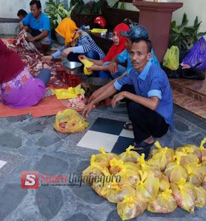 750 Bungkus Daging Kurban Dibagikan DPD Partai Golkar Bojonegoro Ke Warga