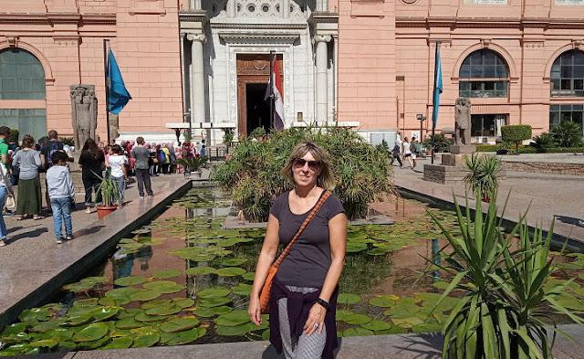 la fontana con papiro e fiori di loto davanti al museo del cairo