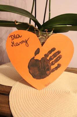 prezent na Dzień Matki, serduszko i odcisk dłoni dziecka