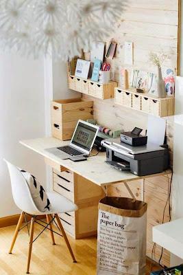 Espacio de trabajo para la computadora organizado con cosas recicladas