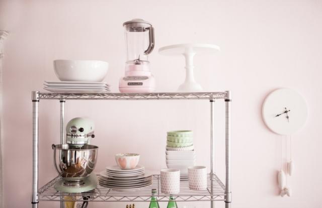 Idea low cost: estantería de acero en la cocina