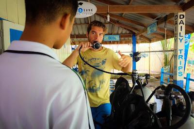 Foto van een instructeur bij de duikschool Adang Sea Divers in Ko Lipe