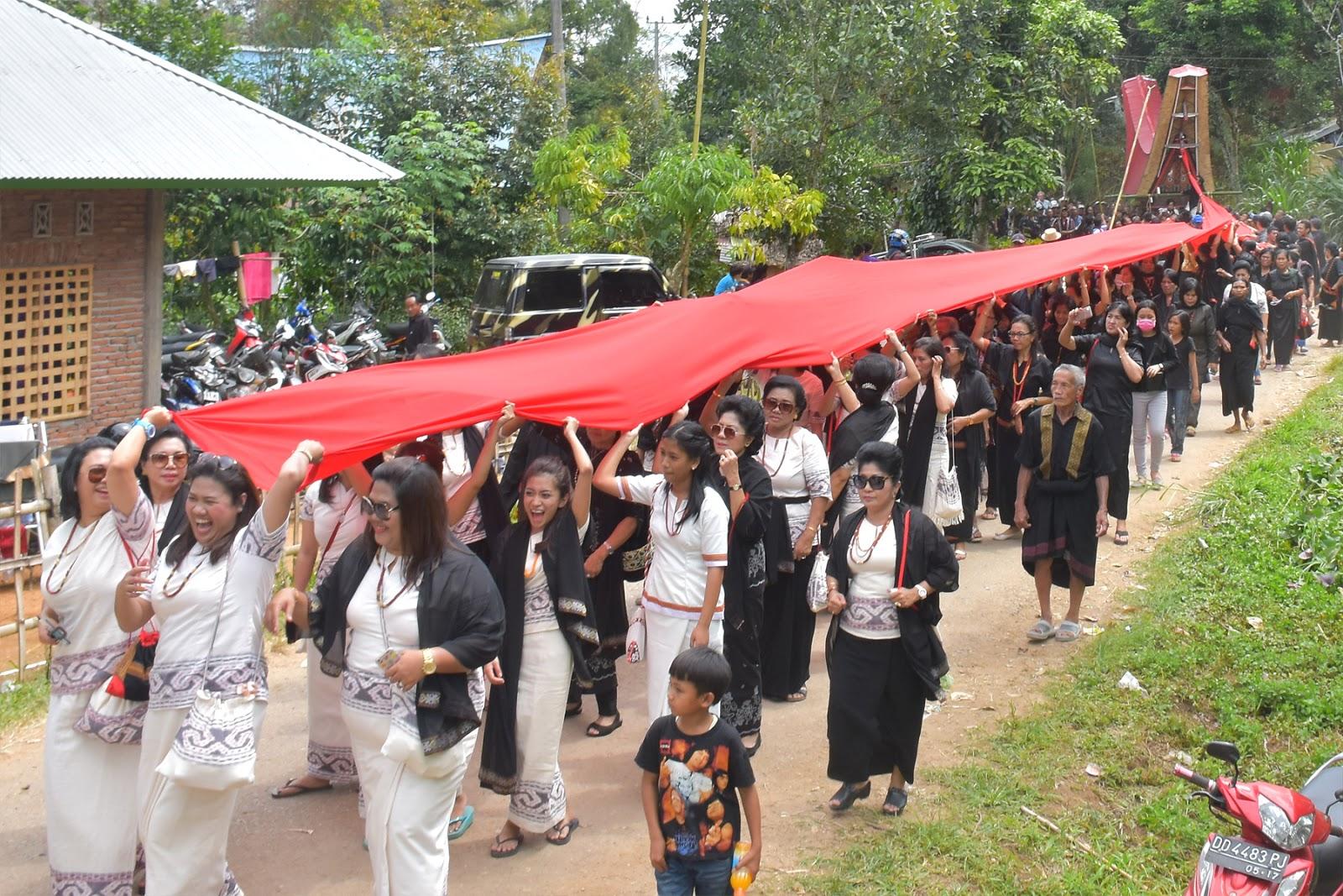 Prosesi Adat Ma'pasonglo' Pada Acara Pemakaman Almh. Yohana Randa Di Leatung Sangalla' Utara