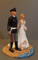statuine sposi con gatto sposo divisa sposa bionda matrimonio mare orme magiche