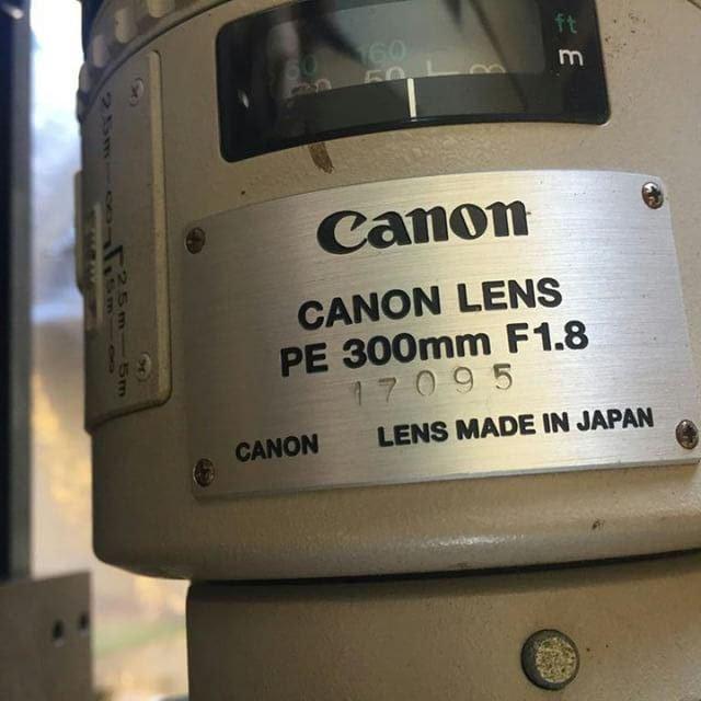 Табличка с названием модели и номером Canon PE 300mm f/1.8