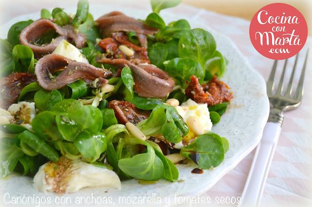 Ensalada fresca, ensalada verano, sana, ligera, original, anchoas, mozarella, piñones, tomates secos, aceite de oliva virgen, canónigos, Cocina con Marta