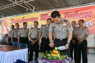 Kapolres Madiun Potong Tumpeng Ultah Anggota