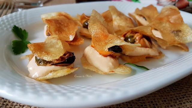 Montaditos de patatas chip y mejillones de lata en escabeche