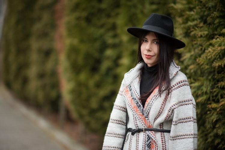 Wełniany płaszcz etniczne wzory ethnic print stylizacja boho z kapeluszem blog o modzie blogerka
