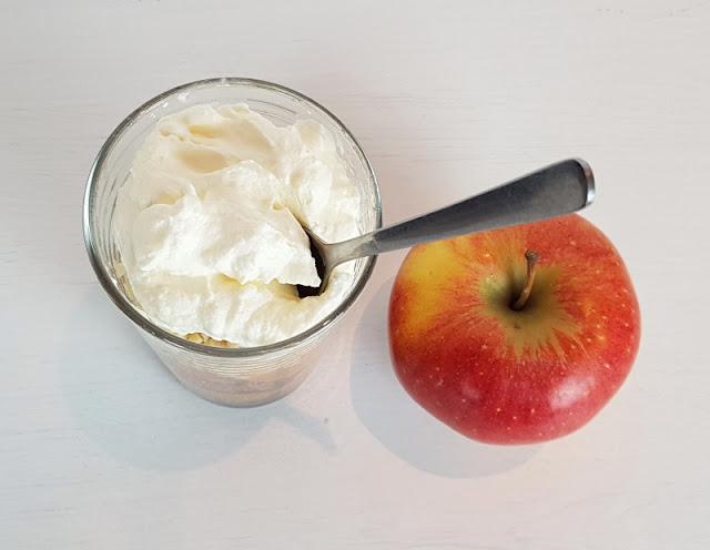 """Rezept: Æblekage - der dänische Apfelkuchen, der keiner ist. Den geschichteten """"Kuchen"""" mit Äpfeln mögen auch Kindern gern!"""
