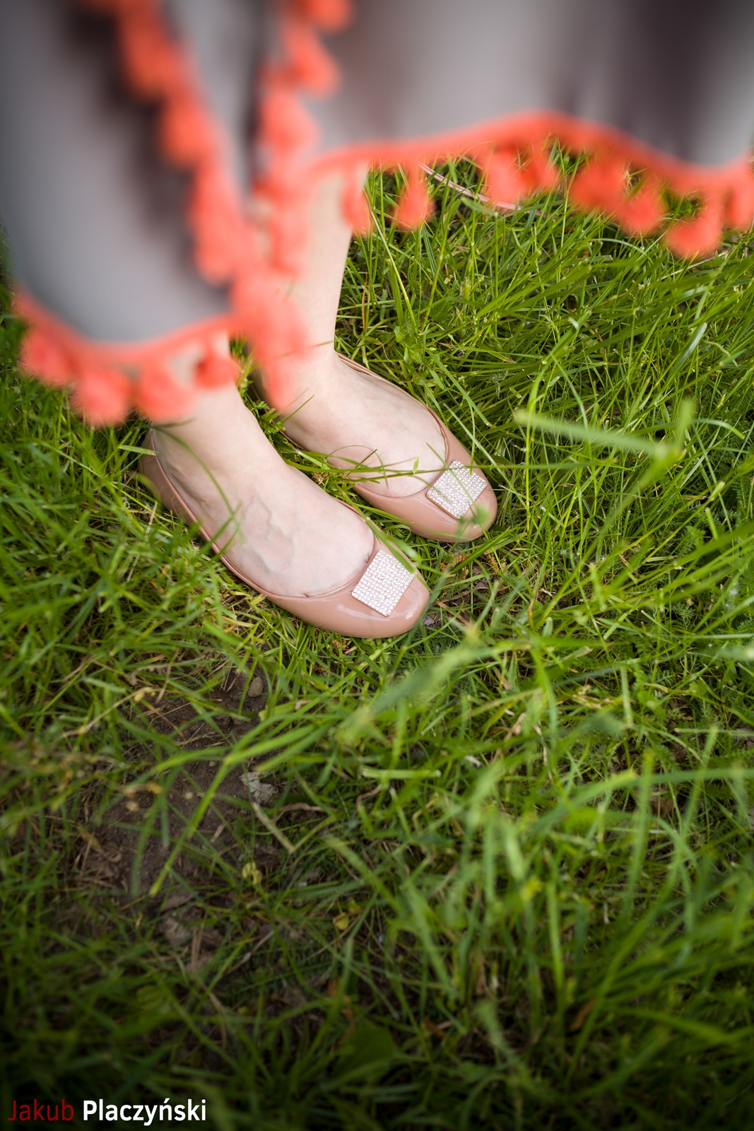 4  sukienka szara z frędzlami maxi na lato bonprix sukienki na wakacje bizuteria piotrowski kryształy svarowskiego letnia stylizacja melodylaniella buty masujące nogi oka-b mivo shoes