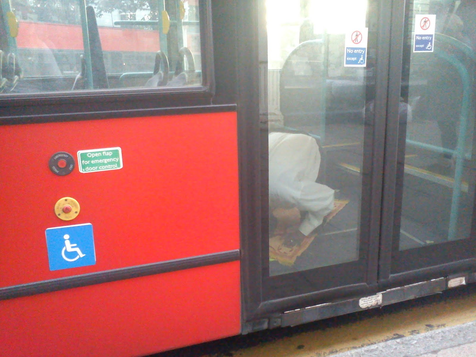 Afbeeldingsresultaat voor muslim bus driver praying