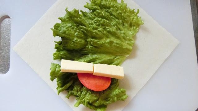 春巻きの皮にリーフレタス、トマト、チーズの順に乗せる