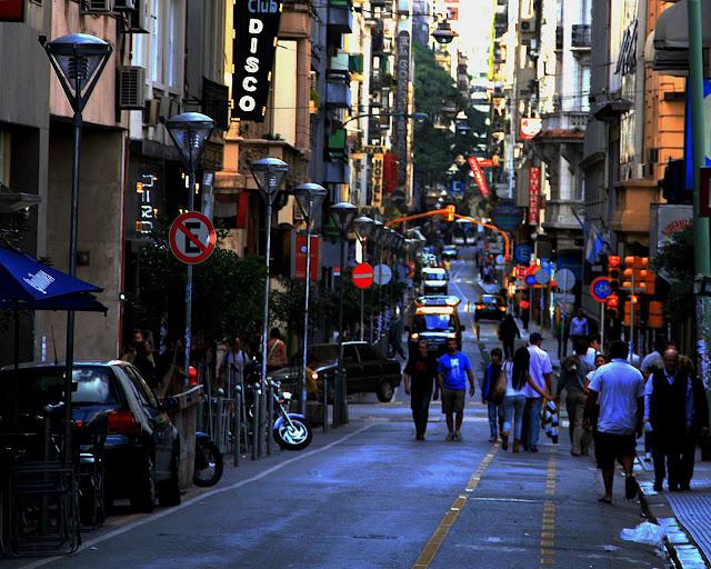 Gente avanzando por peatonal en Bs.As.