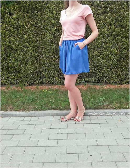 Brzoskwiniowa bluzka, chabrowa spódnica z kieszeniami, beżowe sandały