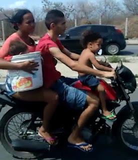 Resultado de imagem para Flagrante mostra bebê carregado dentro de um balde em moto