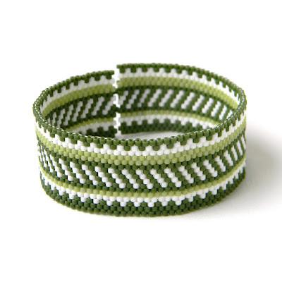купить Оригинальный браслет из бисера в зелёных тонах. Летний браслет в этно-стиле.