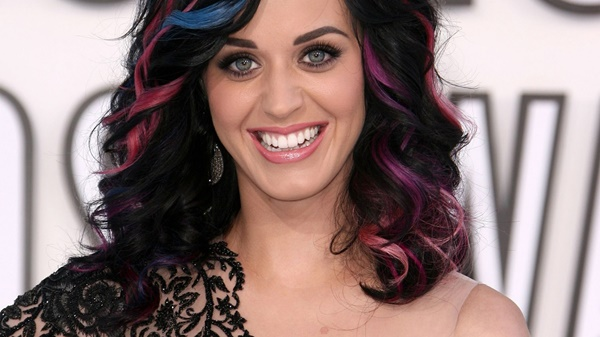inspiração cabelo com mechas coloridas