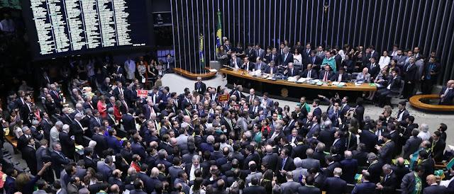 Câmara aprova processo de impeachment de Dilma: Agora segue para o Senado