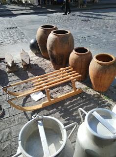 Piezas antiguas, lecheras tinajas de aceite, trineo del brocante de orduña
