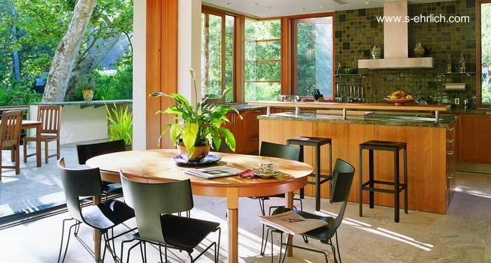 Cocina comedor y abertura a una terraza sobre el jardín