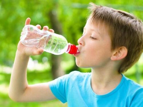 Anak minum air putih
